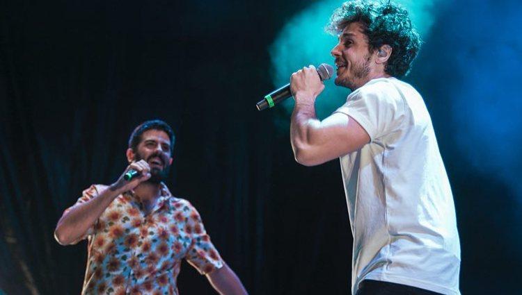 Miki cantando junto a Adrià Salas en uno de los conciertos de La Pegatina