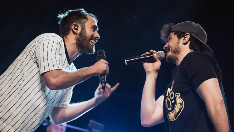 Miki cantando junto a Arnau Blanch durante uno de los conciertos de Arnau Griso