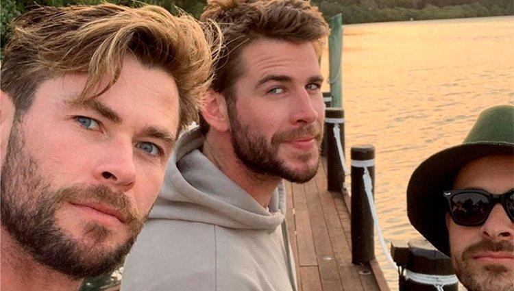 Liam Hemsworth con su hermano y un amigo/ Foto: Instagram