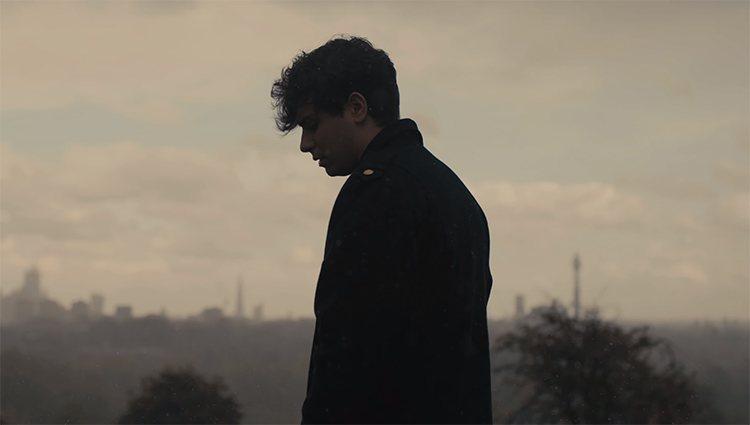 Alfred en el videoclip de 'Londres'