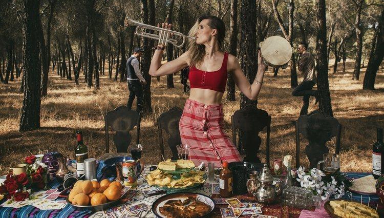 El grupo multicultural Jenny & The Mexicats en las nuevas fotos promocionales de su disco