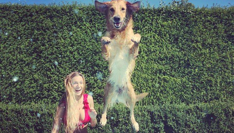 Alizee Thevenet y un perro de James Middleton refrescándose en verano/Foto: Instagram