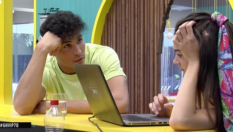Kiko Jiménez ayudando con la carta a Estela Grande   Foto: telecinco.es