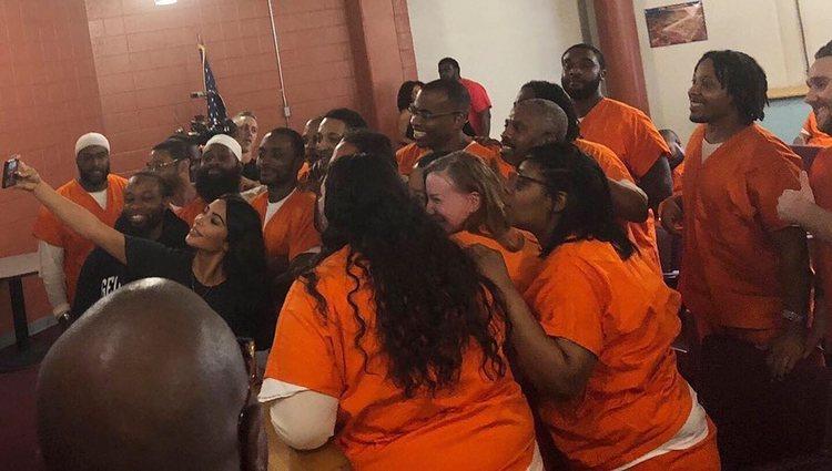 Kim K. sacándose fotos con los reclusos de la prisión de Washington D.C.   Foto: Instagram