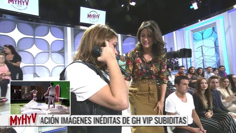 Toñi Moreno hablando por teléfono con Mª Teresa Campos