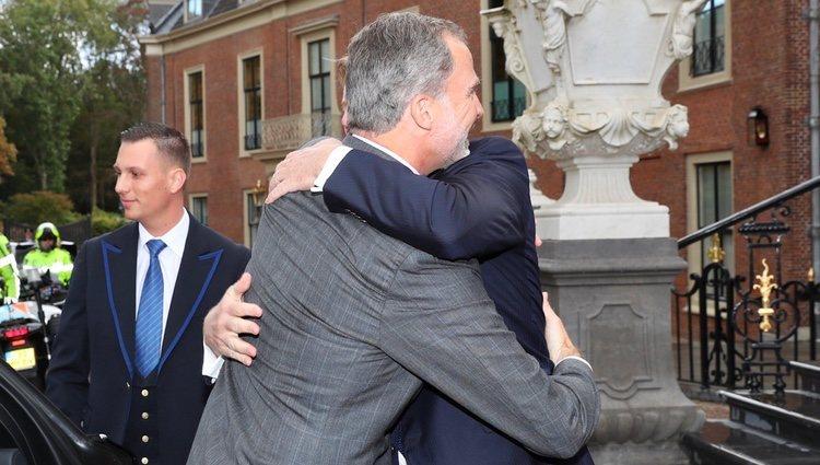 Felipe VI y Guillermo Alejandro de Países Bajos se funden en un abrazo