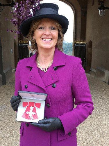 Nicola Diana, la madre de Edo Mapelli tras recibir la Orden del Imperio Británico en 2016/Foto:Instagram