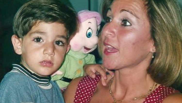 Ricky Rubio de niño en brazos de su madre/ Foto: Twitter