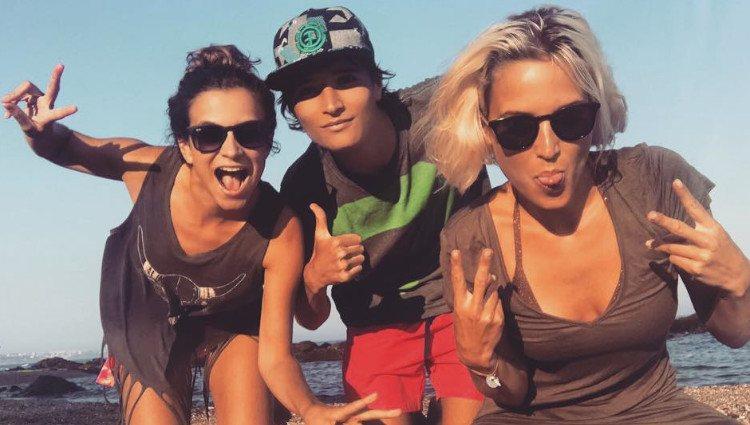Ana Fernández junto a sus hermanos María y Carlos/Foto: Instagram