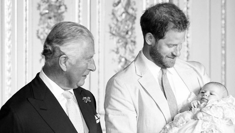 El Príncipe de Gales, el Príncipe Harry y Archie Harrison