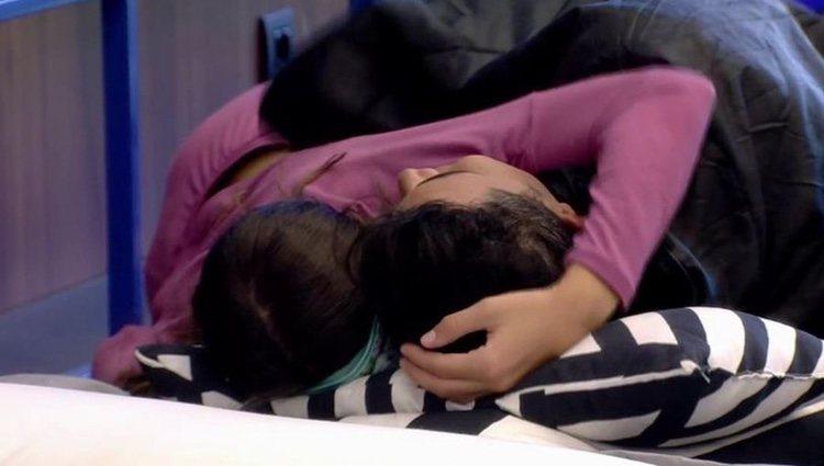 Estela Grande, abrazada a Kiko Jiménez en 'GH VIP 7' / Foto: Telecinco.es