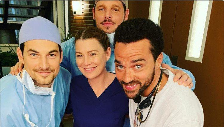Ellen Pompeo con algunos de sus compañeros de reparto en 'Anatomía de Grey'/Foto: Instagram