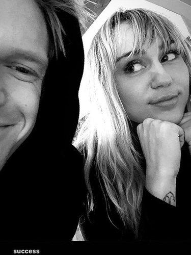 Miley Cyrus y Cody Simpson después de la operación/ Fuente: Instagram