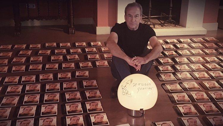 José Luis Perales enseñando su último disco/ Foto: Twitter