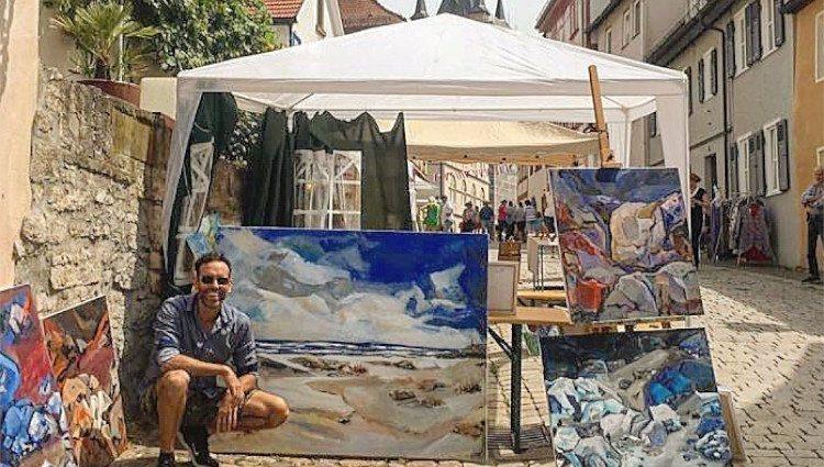 Ciro Miró con sus pinturas propias en el Mercado Montmartre de Bad Wimpfen/Foto:Instagram