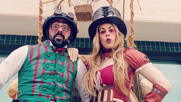 Sarah Miró y su marido disfrazados antes de su actuación/Foto:Instagram