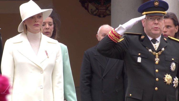 Alberto, Carolina y Estefanía de Mónaco entonan el Himno Nacional frente al silencio de la Princesa Charlene