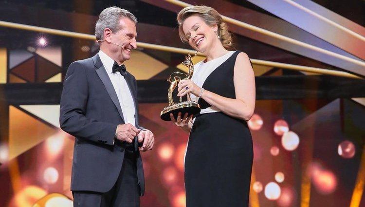 La Reina Matilde de Bélgica recibiendo el 'Premio Bambi de la Caridad' / Foto: Instagram