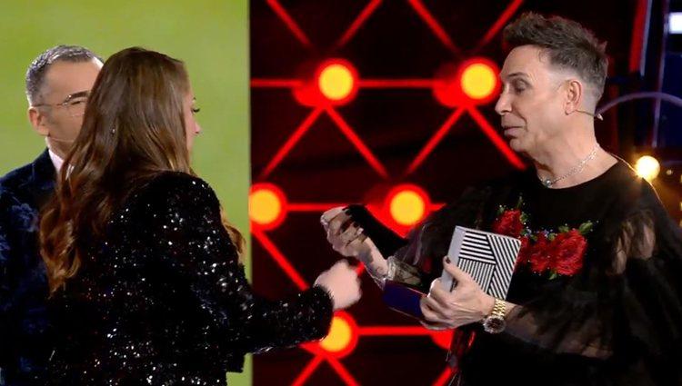 Joao dandole el pañuelo a Rocío Flores| vía: Telecinco.es