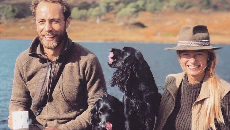 James Middleton y Alizee Thevenet junto a sus perros | Foto: Instagram