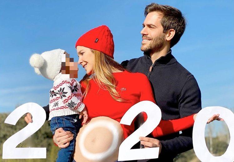 Natalia Sánchez y Marc Clotet con su hija Lía recibiendo 2020 / Instagram