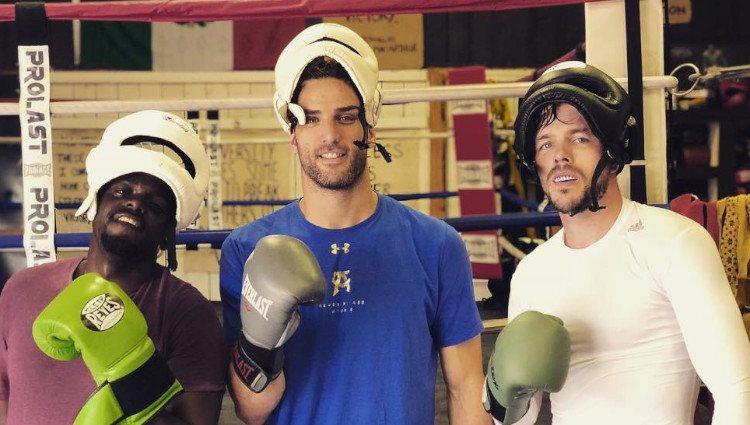 Nicholas Hoult (a la derecha) tras </p><p>un combate de boxeo con amigos/Foto:Instagram