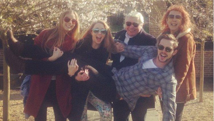 Nicholas Hoult junto a sus padres y hermanas/Foto:Instagram