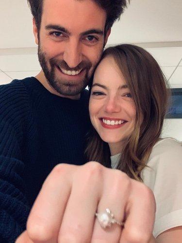Dave McCary y Emma Stone enseñando su anillo de compromiso/Instagram