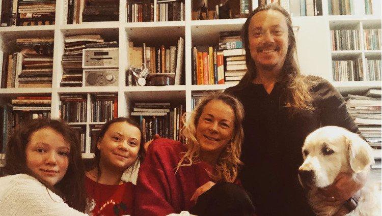 Las hermanas Thunberg junto a sus padres y el perro de la familia/Foto:Instagram