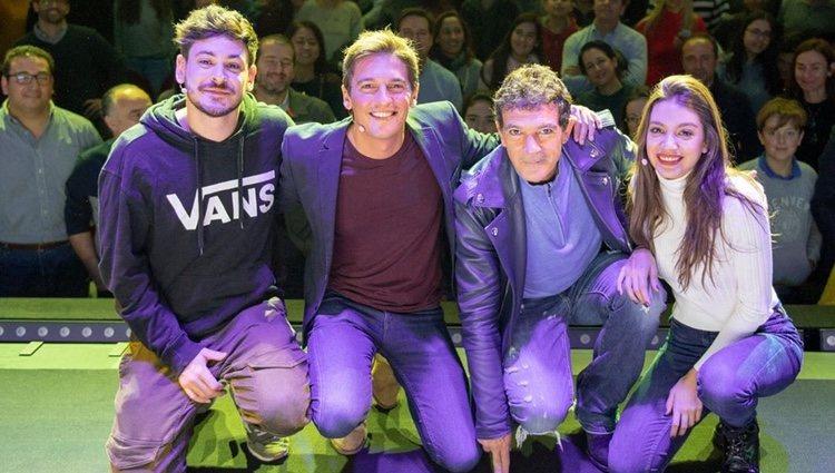 Antonio banderas sorprende a Ana Guerra y Cepeda en el Teatro Soho de Málaga