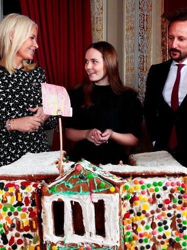 La Familia Real Noruega con una casa de jengibre para felicitar la Navidad de 2019