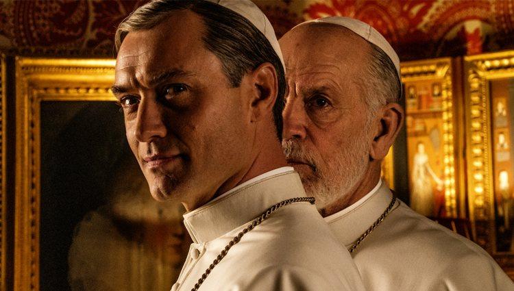 Jude Law y John Malkovich en 'The New Pope'
