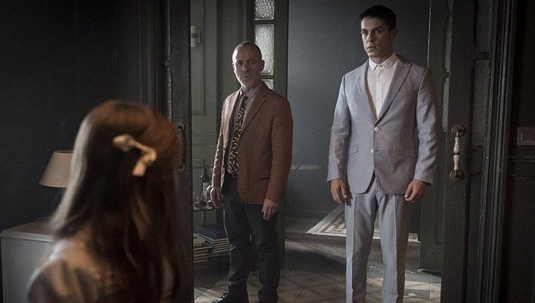 Márquez (Javier Gutiérrez) y el Enlace (Alejo Sauras) en la segunda temporada de 'Estoy vivo'