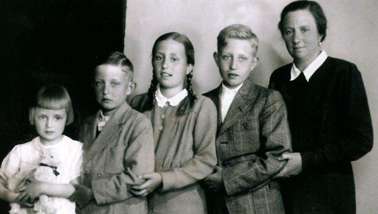 La Infanta Isabel Alfonsa de Borbón junto a sus hijos | Pinterest