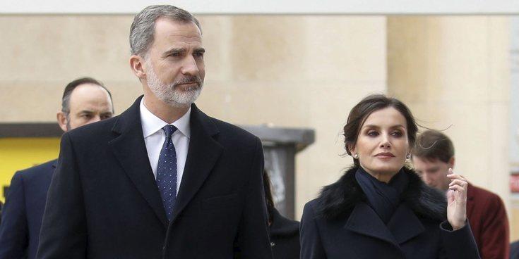 Los Reyes Felipe y Letizia ante el coronavirus: actos cancelados en España, aglomeración en París y pruebas por Irene Montero