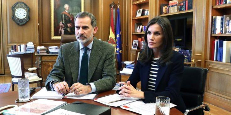 La Reina Letizia abandona el aislamiento autoimpuesto participando en una videoconferencia junto al Rey Felipe
