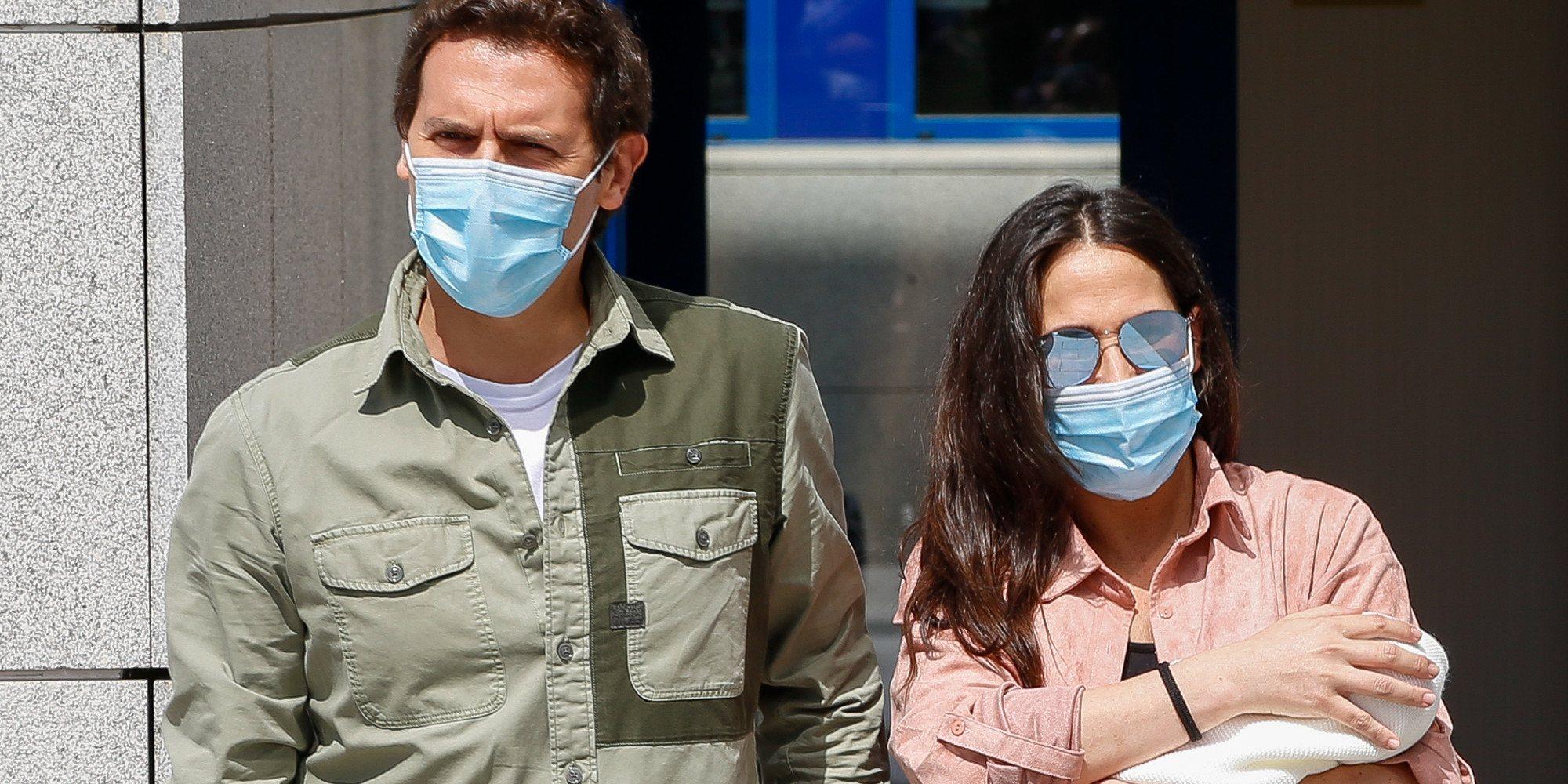 Malú y Albert Rivera salen del hospital pletóricos con su hija recién nacida Lucía