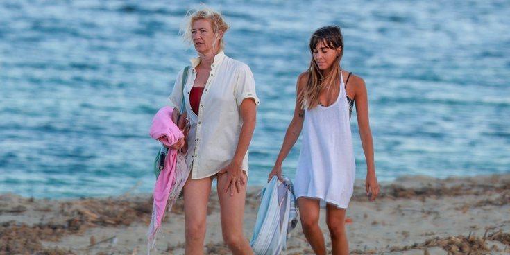 Aitana Ocaña y Ana Duato, suegra y nuera muy bien avenidas en una jornada de playa en Ibiza