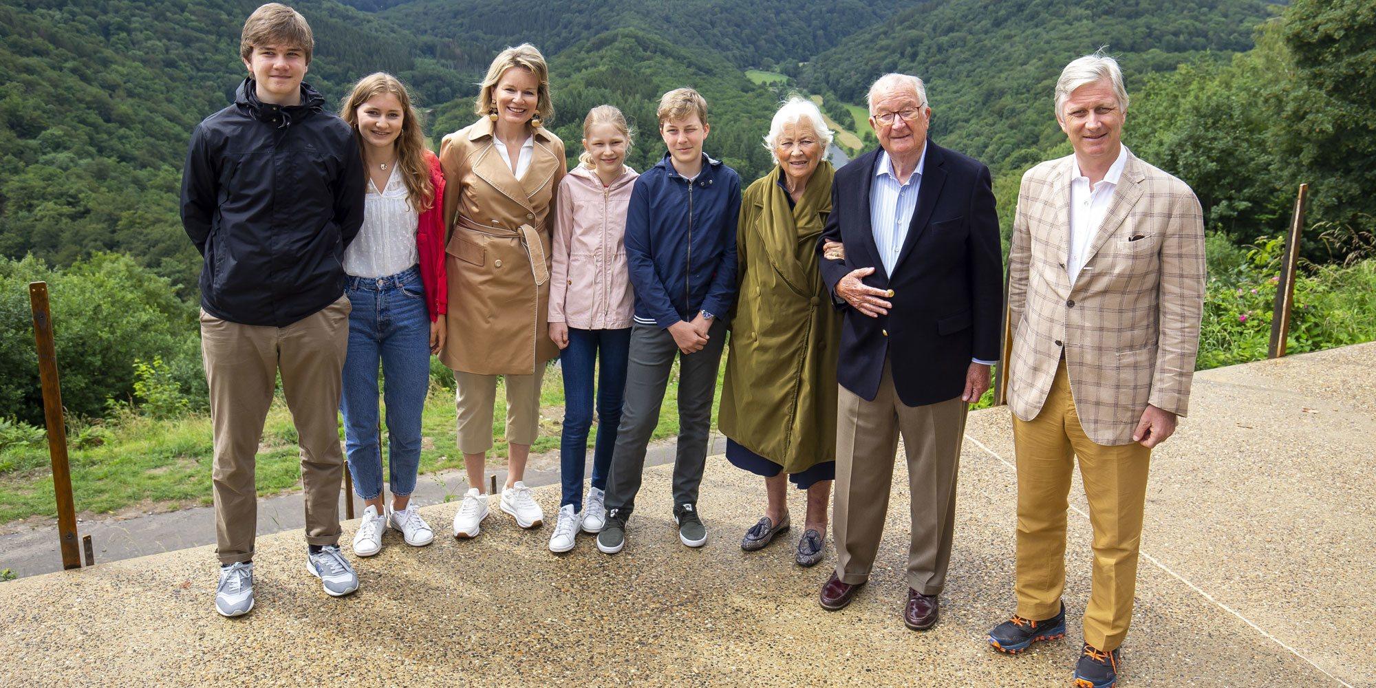 El atípico posado de la Familia Real Belga que une a tres generaciones para fomentar el turismo nacional