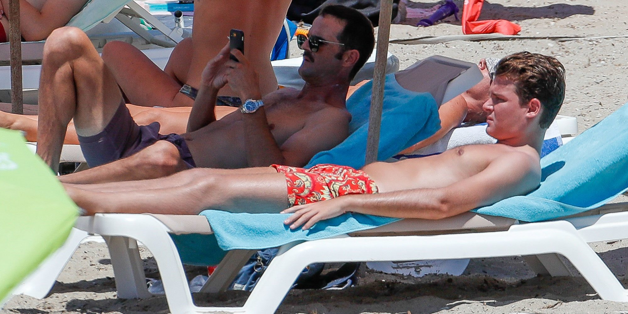 Las vacaciones de José Bono Jr y Aitor Gómez tras su fiesta de no boda: en Ibiza y con Amelia Bono y Manuel Martos