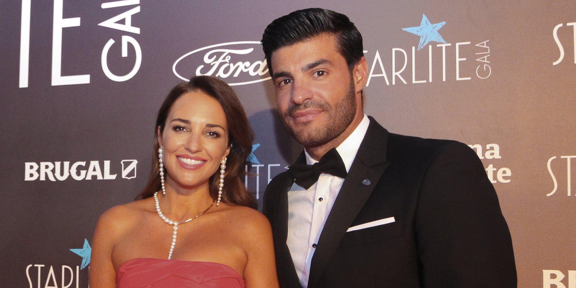 Paula Echevarría, galardonada por su labor solidaria en el Festival Starlite 2020 ante la atenta mirada de Miguel Torres
