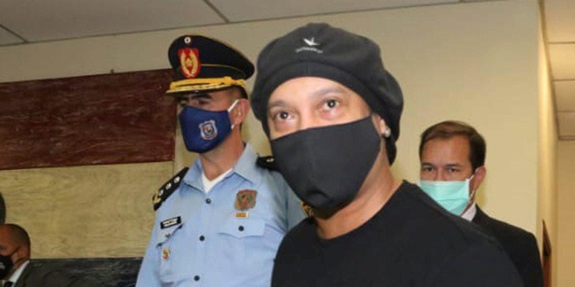 Ronaldinho sale en libertad después de pasar cinco meses detenido