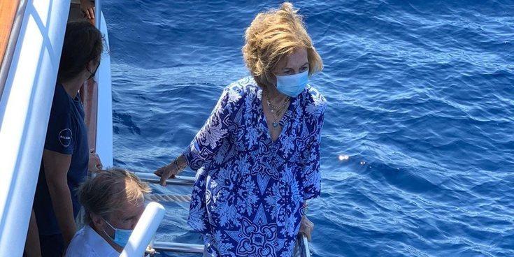 La Reina Sofía, emocionada y bien acompañada en la liberación de una tortuga en Mallorca