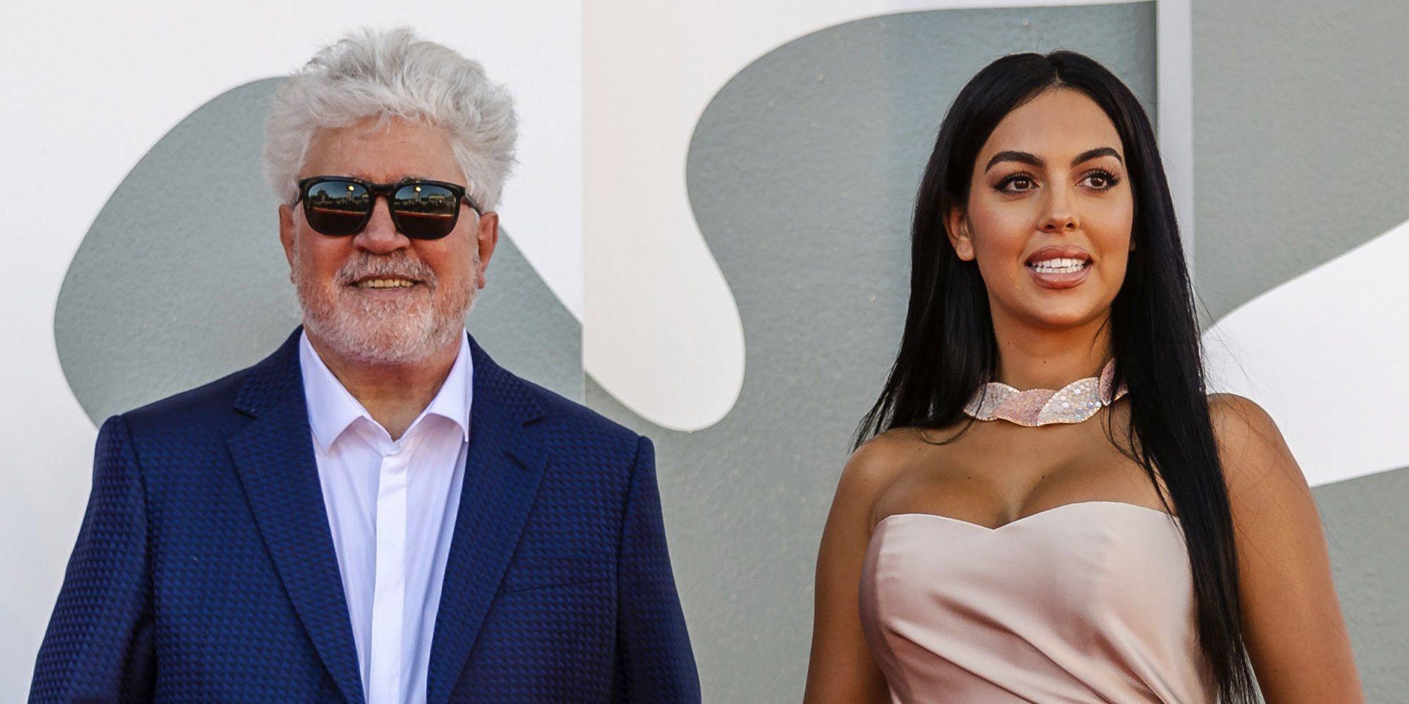 Georgina Rodríguez posa junto a Pedro Almodóvar en el Festival de Venecia 2020 como una estrella de Hollywood más