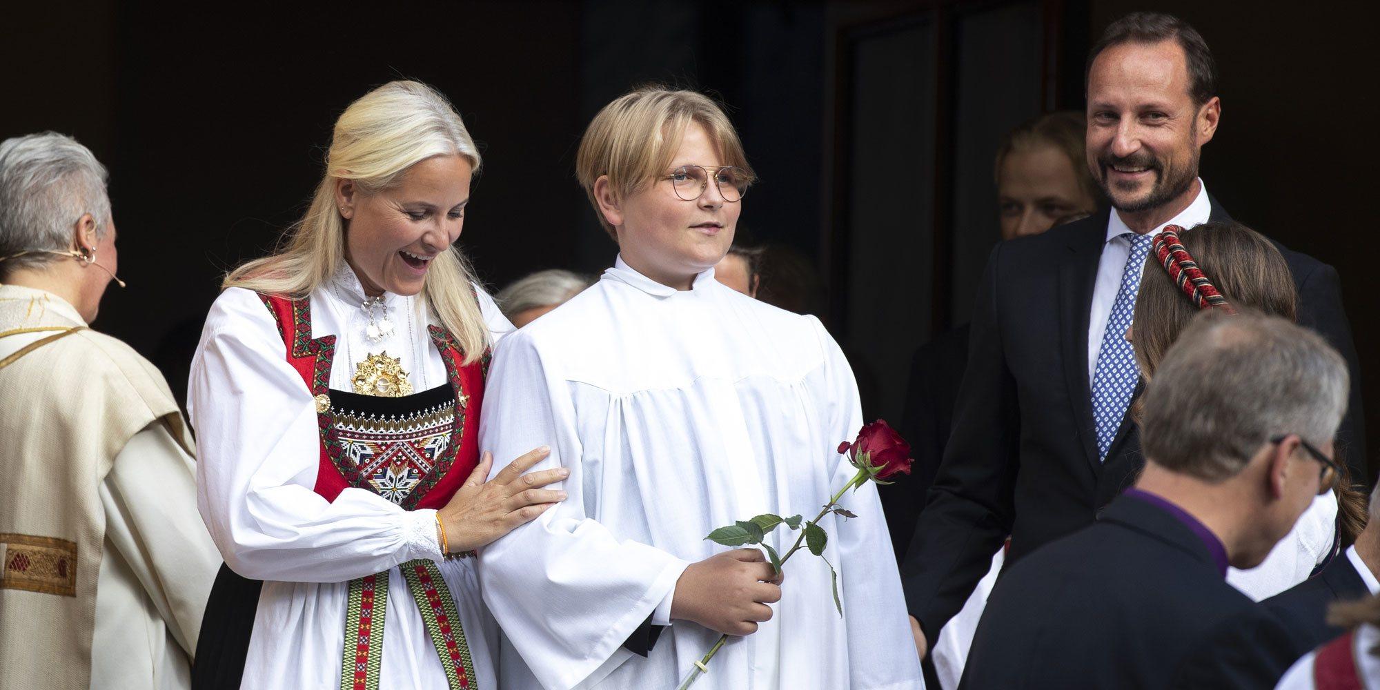 Así fue la Confirmación de Sverre Magnus de Noruega: emoción, reencuentros familiares, curiosos regalos y unas muletas