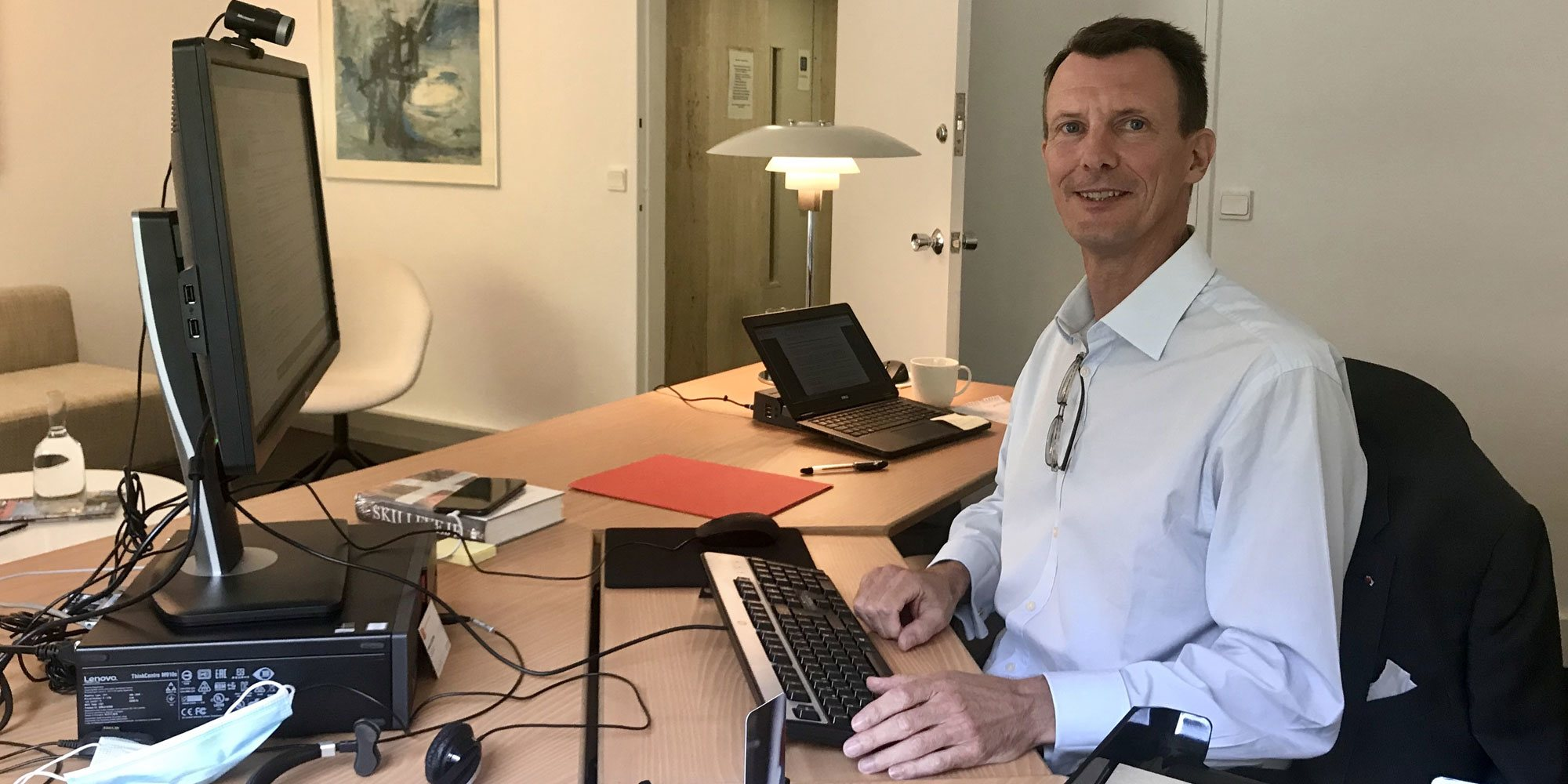 Joaquín de Dinamarca muestra su recuperación en su primer día de trabajo en la embajada danesa en París