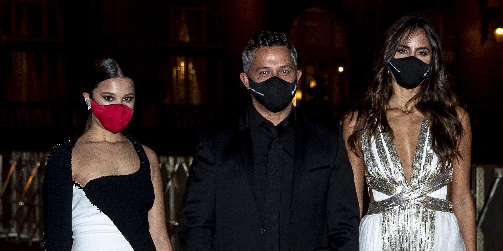 Alejandro Sanz, custodiado por su novia Raquel Valdés y su hija Manuela en San Sebastián