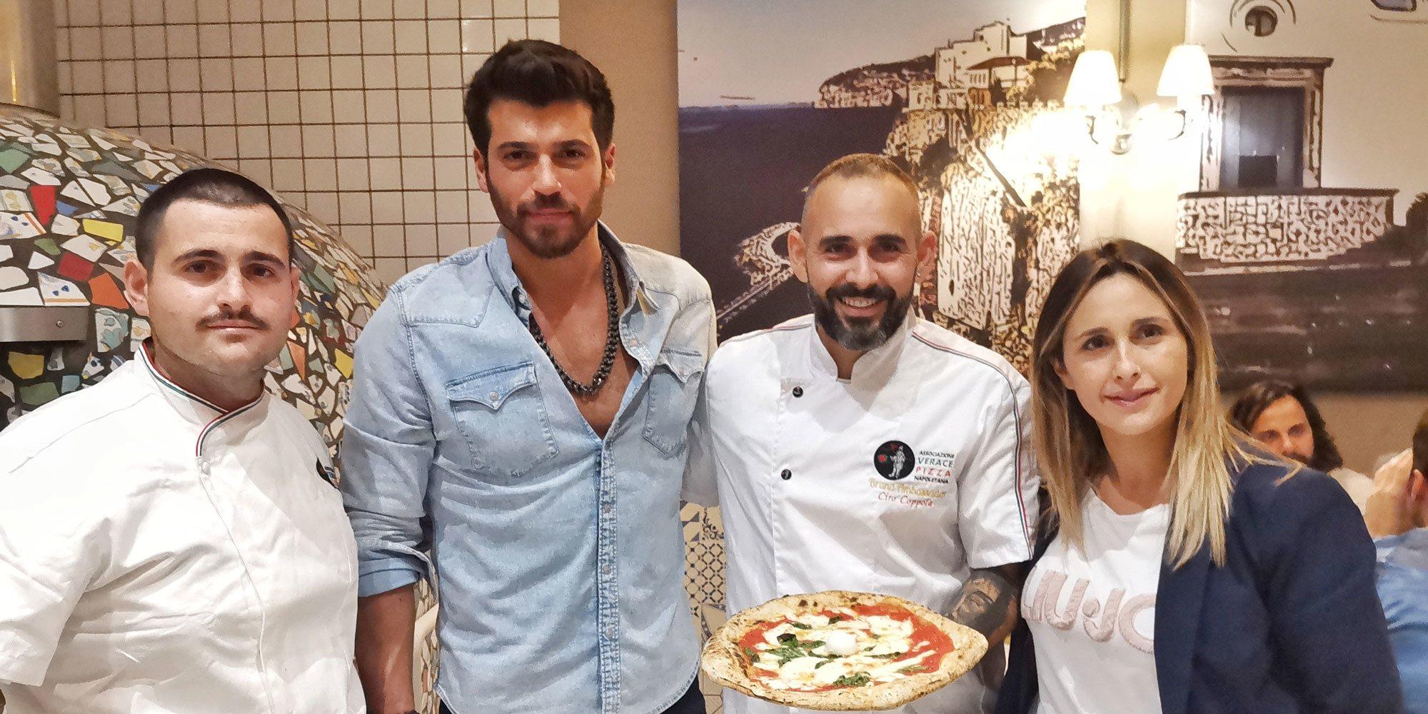 Can Yaman revoluciona una pizzería de Milán en su inesperada visita a Italia