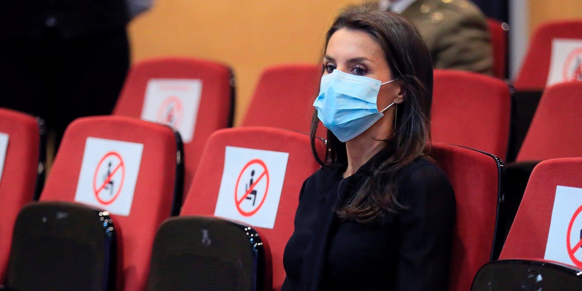 La Reina Letizia en los Premios Nacionales de la Moda: de la blusa indiscreta al gesto provocado por la pandemia