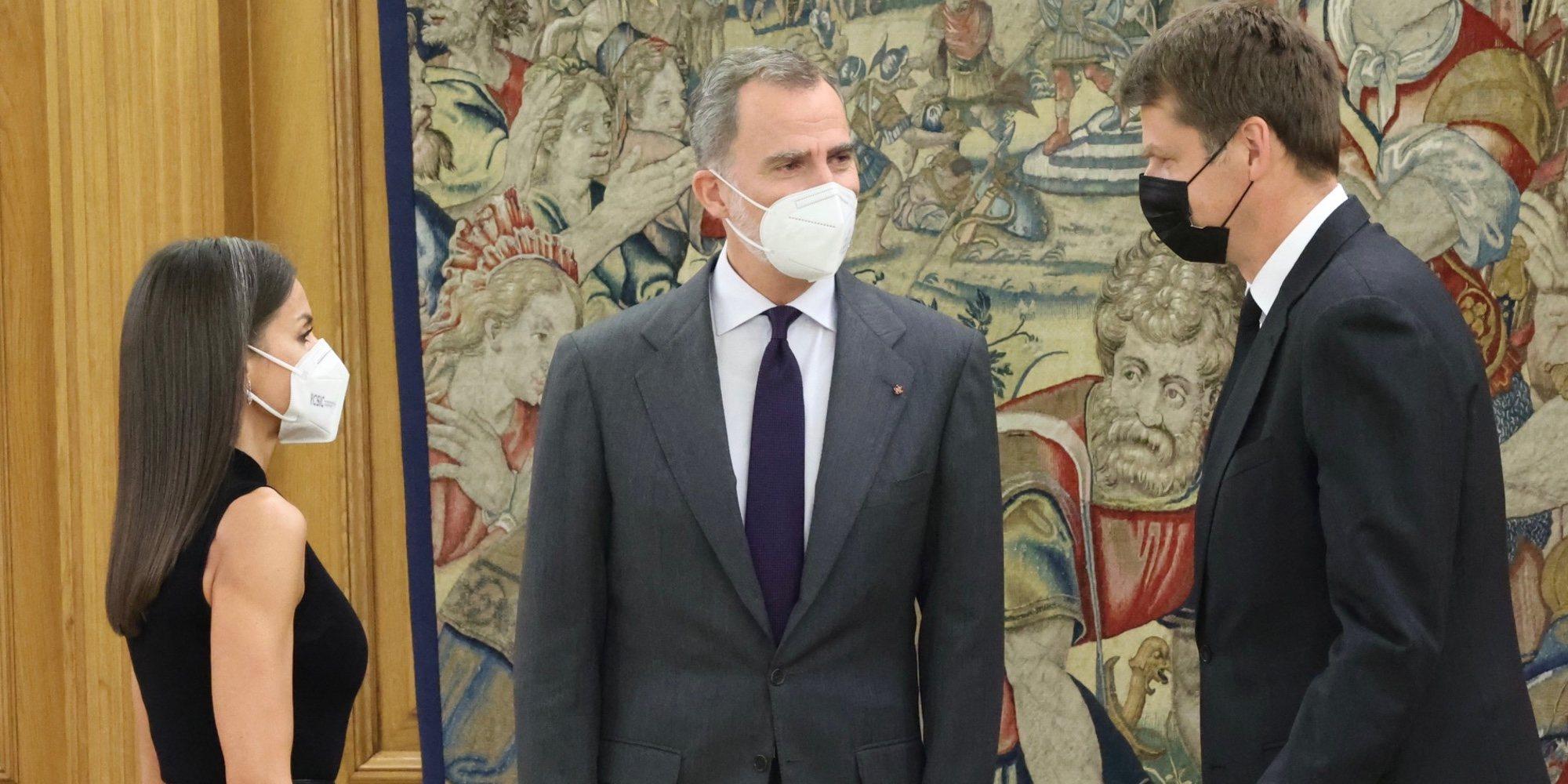 Los Reyes Felipe y Letizia rinden homenaje al Duque de Edimburgo recibiendo al Embajador de Reino Unido en España